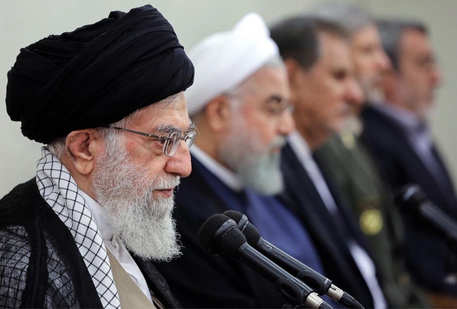 Das geistliche Oberhaupt des Iran, Ayatollah Ali Khamenei (l.) neben Präsident Hassan Rouhani (2.v.l.).