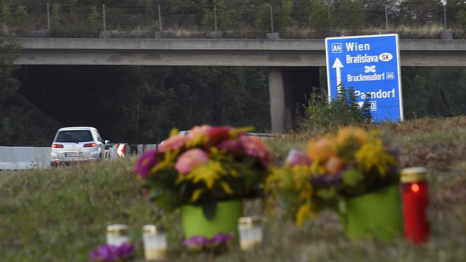 Nach dem Bekanntwerden der Tragödie wurden nahe der Fundstelle Blumen abgelegt.