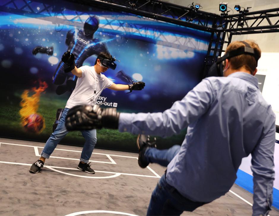 """Besucher testen mit VR-Brille die """"Samsung 4d experience""""."""