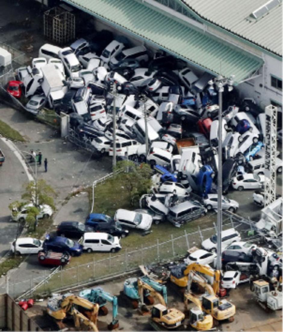 Hier in Kobe wirbelte der Sturm Autos eines Großhandels durcheinander und beschädigte sie schwer.