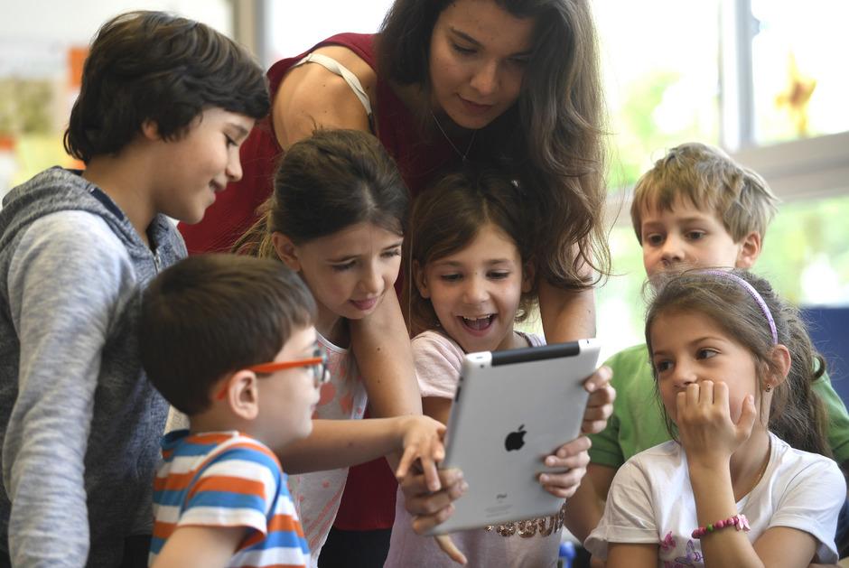 """Der """"Masterplan"""" soll """"Einzelinitiativen"""" ablösen. Die Ausstattung der Schüler mit Tablets war bereits in der """"Digitalisierungsstrategie"""" von Ex-Ministerin Sonja Hammerschmid (SPÖ) vorgesehen."""