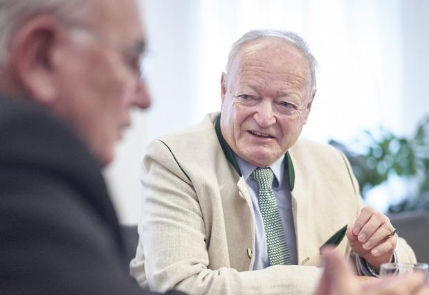 Andreas Khol war Klubobmann (auch in den schwarz-blauen Regierungsjahren 2000 bis 2002) der ÖVP. 2002 wurde er Nationalratspräsident. 2016 trat Khol für die ÖVP zur Hofburgwahl an. Er scheiterte im ersten Wahlgang.