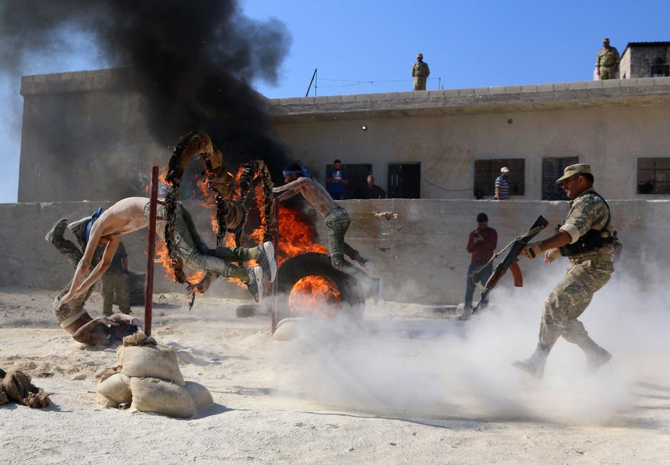 Syrische Rebellen im Kampftraining in Idlib.