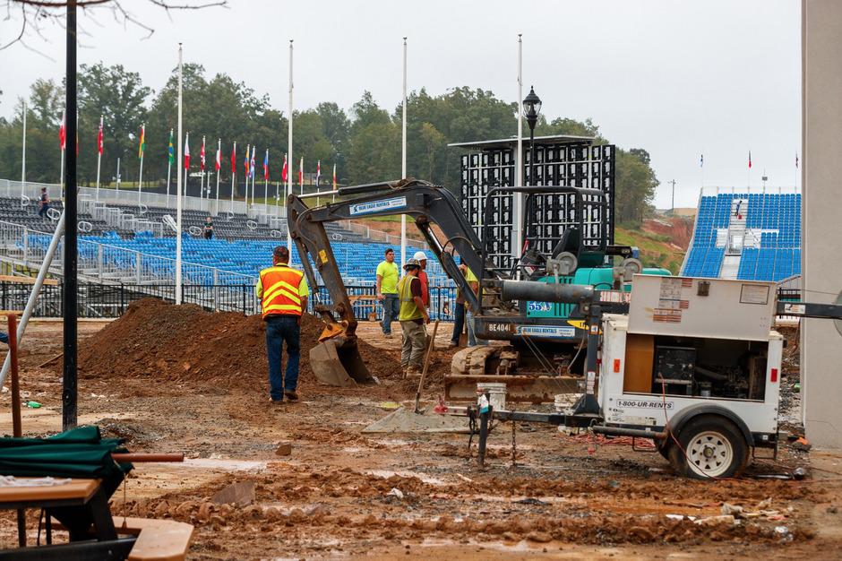 Hinten die Tribüne, vorne der Bagger: So mancher Ort auf dem Gelände der Weltreiterspiele glich nach der Eröffnung noch einer Baustelle.