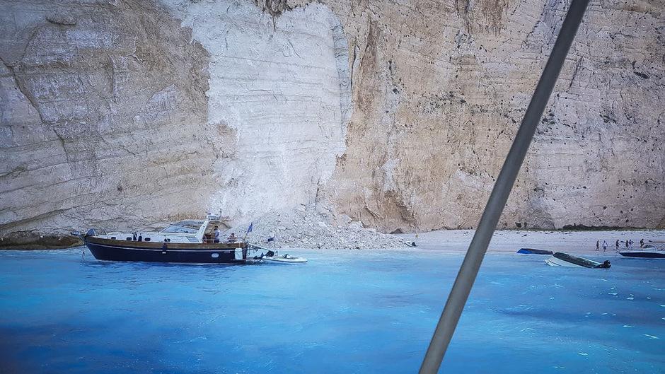 Der Zivilschutz suchte den betroffenen Küstenabschnitt sicherheitshalber noch mit Hunden ab. Er zählt zu den beliebtesten Badeorten von Zakynthos.