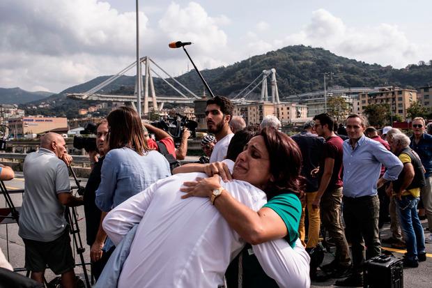 Um 11.36 Uhr - dem Zeitpunkt der Katastrophe - hielt die ganze Stadt eine Schweigeminute. Trauernde lagen sich in den Armen.