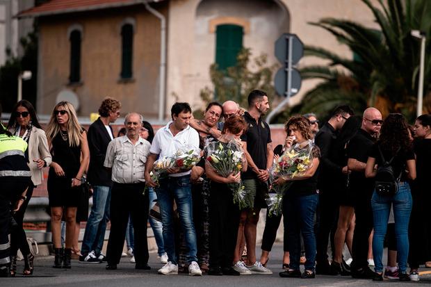 Angehörige der Toten legten Blumen nieder, viele Anwesenden hatten Tränen in den Augen.