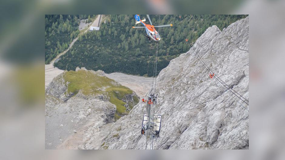 Experten wurden von einem Hubschrauber zur havarierten Gondel hinuntergelassen.