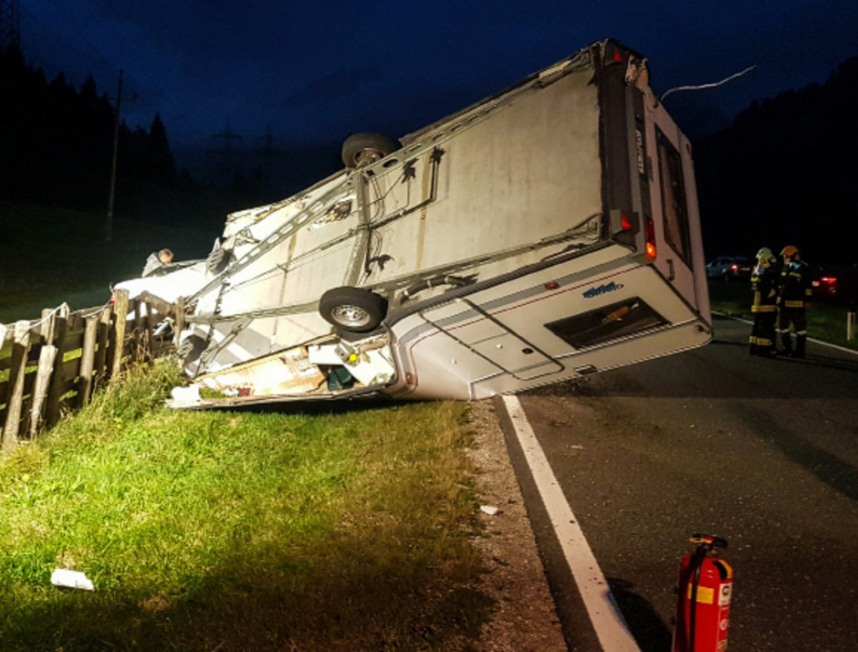 Ein Wohnwagen geriet in Bichlbach am Samstag ins Schleudern, verursachte einen Unfall und kippte um.