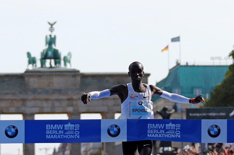Eliud Kipchoge jubelt über den neuen Weltrekord.