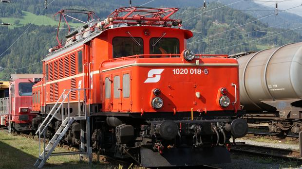 Die E1020-018-6 der Eisenbahnfreunde stand einer modernen Vectron-Lokomotive (unten) gegenüber.