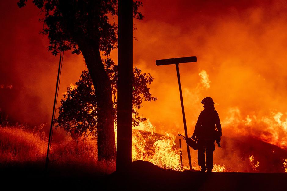 Tod und Zerstörung durch Waldbrände wie diesen im vergangenen Sommer in Kalifornien brennen sich in die Seelen der Einsatzkräfte.