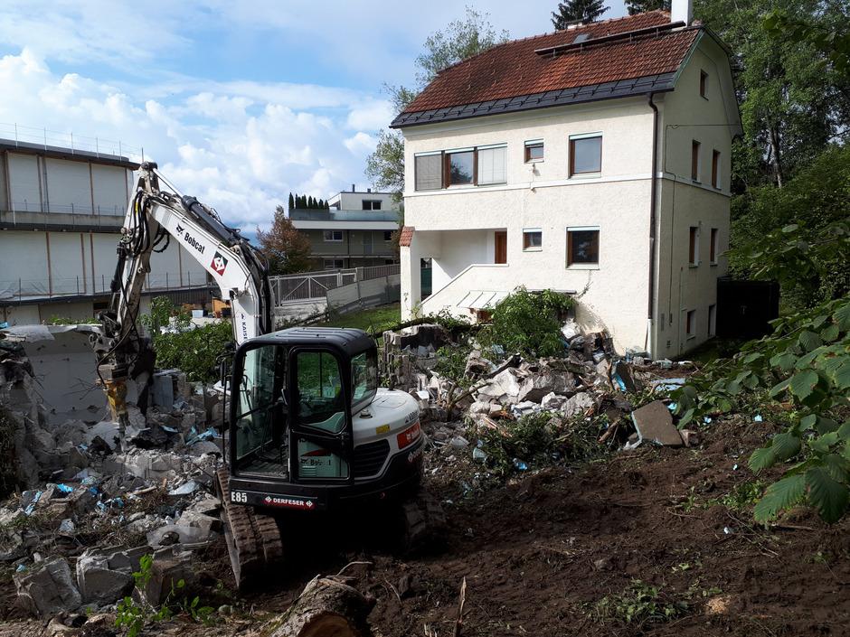 """Das 1969/70 von Josef Lackner an das Haus von Paul Flora auf der Innsbrucker Hungerburg angebaute, von sieben Lichtkuppeln überwölbte """"Grottenbad"""" ist seit vergangenem Freitag ein Trümmerhaufen."""