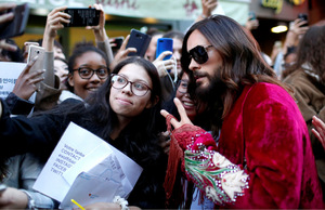"""Schauspieler und Musiker Jared Leto lockte zahlreiche Fans vor den berühmten Pariser Nachtclub """"Le Palace""""."""