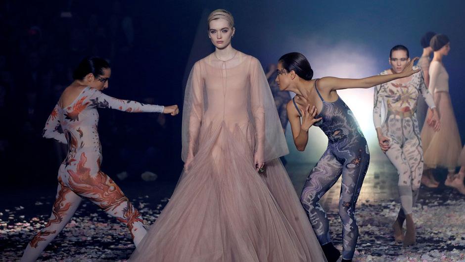 Tänzer bewegen sich bei Dior ekstatisch um die Models herum.