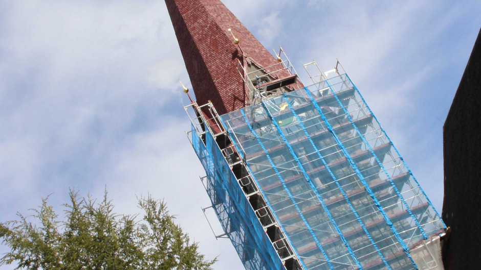 Der Turm der Jenbacher Kirche ist seit Ostern eingerüstet.