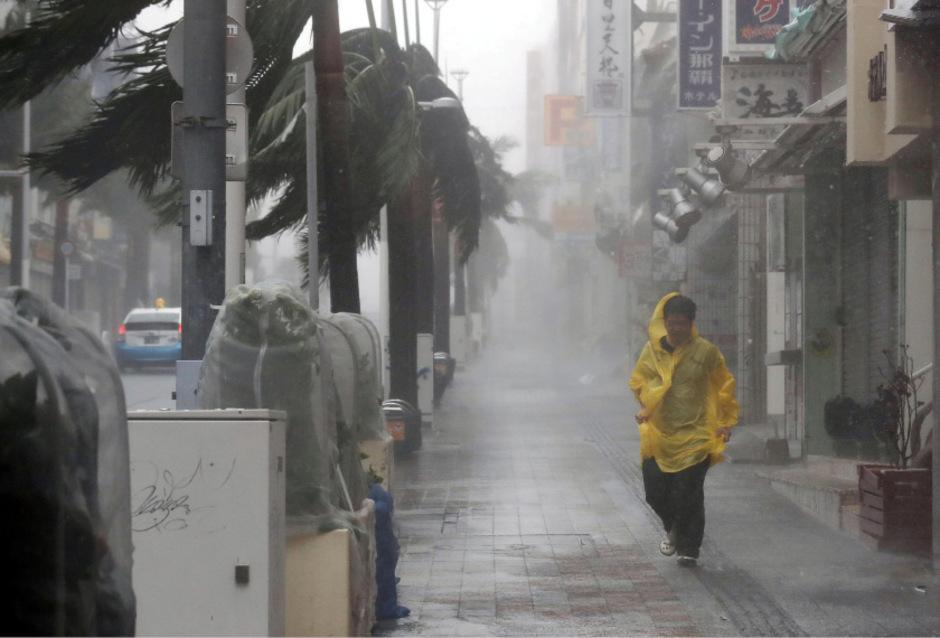 Heftiger Regen und starke Windböen in Naha.