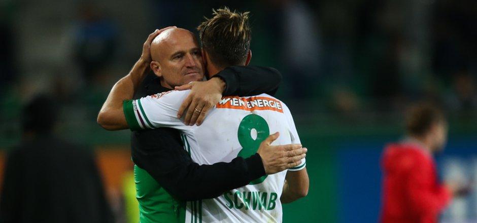 Eine letzte Umarmung: Ex-Coach Goran Djuricin (l.) und Kapitän Stefan Schwab.