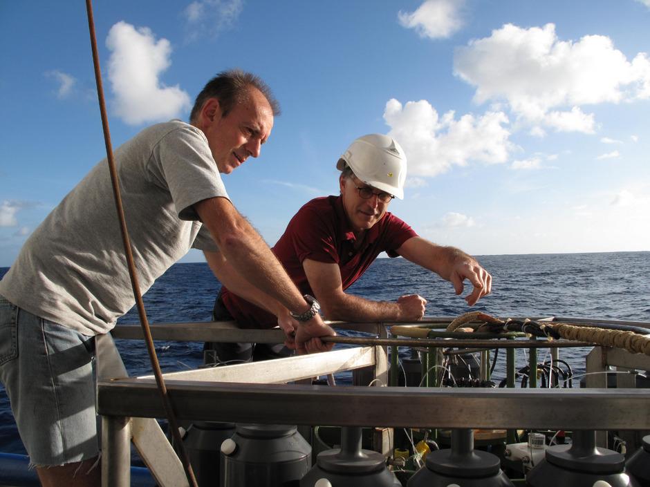 Gerhard Herndl (l.) beim Vorbereiten der Sammelgefäße für den Tiefseegang auf dem Forschungsschiff Pelagia.