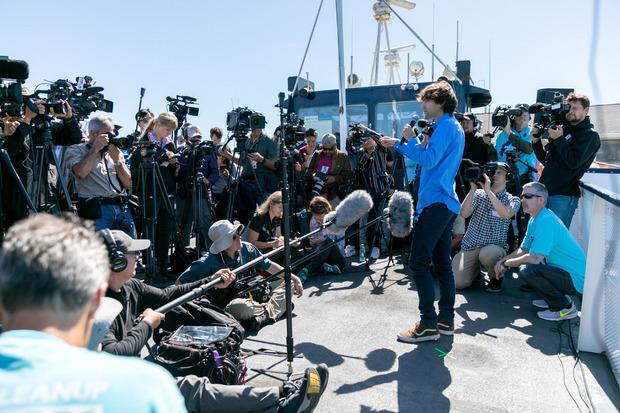 """Der 24-jährige Niederländer Boyan Slat erklärt der Presse am Tag des Teststarts des """"Systems 001"""", was die Pläne des """"Ocean Cleanup"""" sind."""