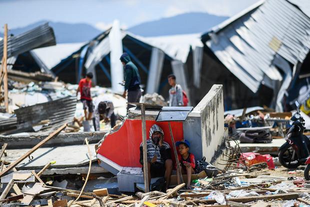 Bei den Überlebenden wachsen Verzweiflung und Zorn, weil es an den wichtigsten Dingen wie Strom, Wasser, Nahrung und Treibstoff fehlt.