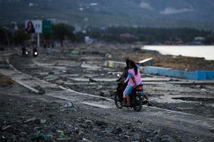 Viele flüchten jetzt auf Mopeds aus dem Katastrophengebiet, nur mit dem Allernötigsten.