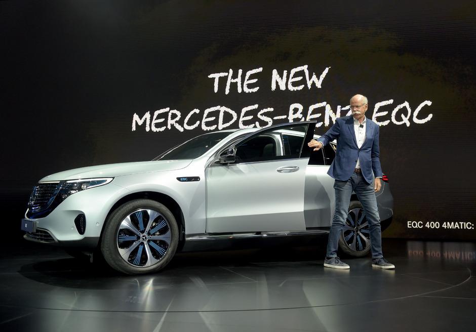Daimler-Chef Dieter Zetsche präsentiert auf der Messe den elektrischen Geländewagen Mercedes EQC.