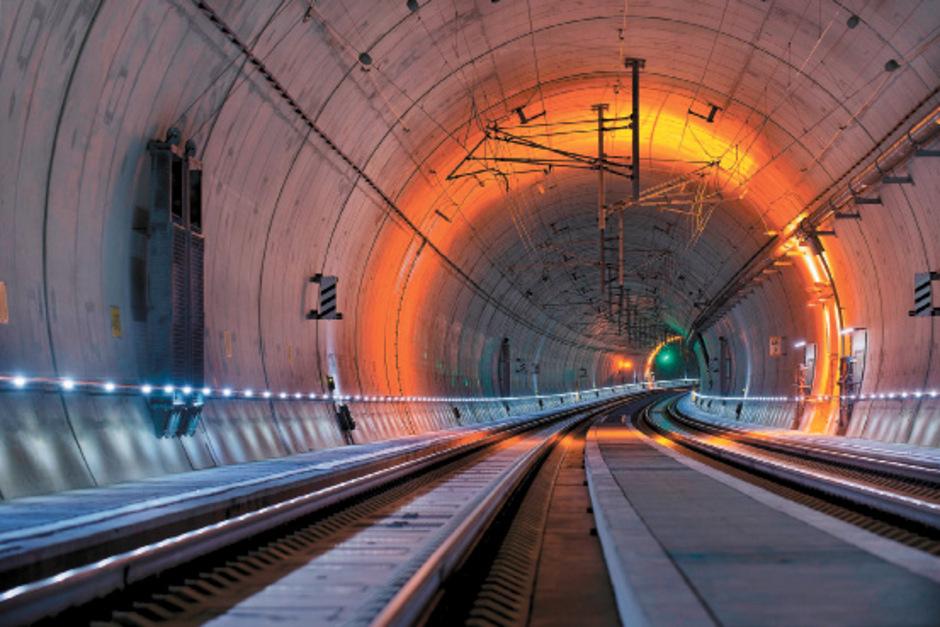 Wie geht es mit dem Bahnbau weiter? Verkehrsberater stellen die Trasse in Frage, die Kufsteiner wollen einen Tunnel.