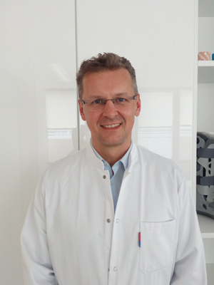 """""""Regelmäßige Bewegung ist der allerbeste Rat. Muskulatur und Knorpel müssen gefordert werden."""" Ralf Rosenberger, Unfallchirurg, Knieexperte"""