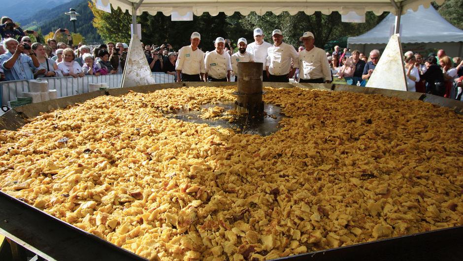 Die besten Köche des Stubaitals verwöhnen beim traditionellen Kaiserschmarrenfest ihre Gäste mit diversen Variationen der Spezialität. Zum zweiten Mal gelang damit nun ein Weltrekord.