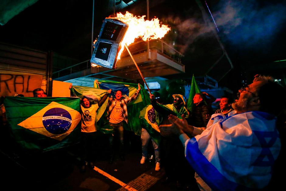 Anhänger Bolsonaros verbrennen in der Nacht auf Sonntag einen Wahlcomputer. Bolsonaro streute das Gerücht, dass es zu Manipulationen gekommen sein soll.