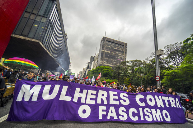 """""""Frauen gegen Faschismus"""", steht auf diesem Plakat, das sich gegen Bolsonaro richtet."""