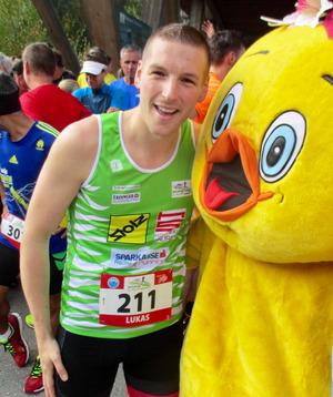 Organisator Lukas Ginther freute sich mit Maskottchen Daisy über die Rekordteilnahme.