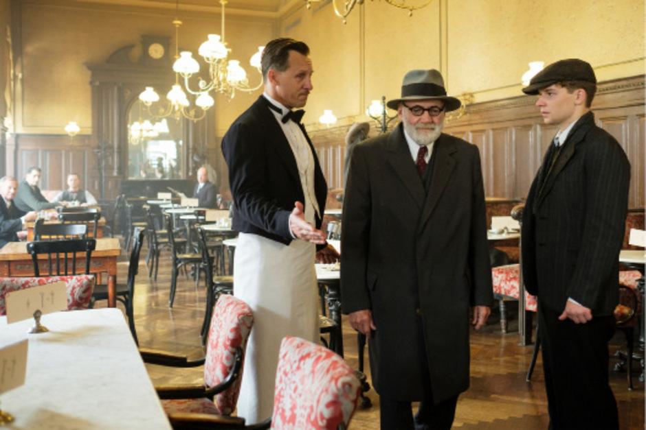 """Mit Professor Freud in der Welt von gestern: Bruno Ganz und Simon Morzé in """"Der Trafikant""""."""