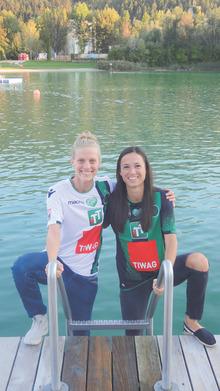Die Wacker-Spielerinnen Eva Maria Dengg (l.) und Anna Innerhuber unterstützen sich gegenseitig.