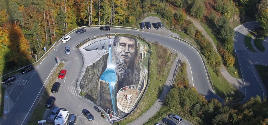 Auf einem Parkplatz wurde ein 1000 Quadratmeter großes Porträt von Udo Jürgens auf den Asphalt gepinselt.