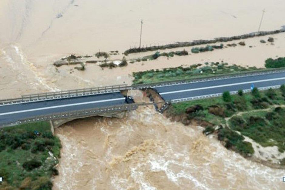 Durch die Hochwasser wurde eine Brücke eingerissen.