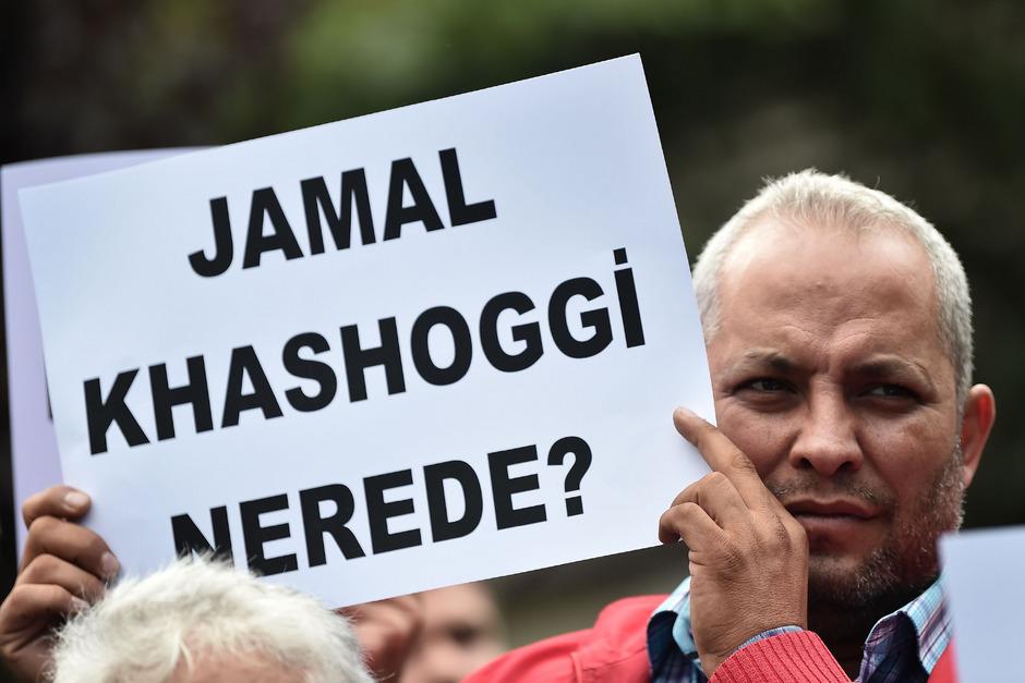 """Ein Mann hebt vor dem saudi-arabischen Konsulat eine Tafel in die Höhe mit dem Text. """"Wo ist Jamal Kashoggi""""?"""