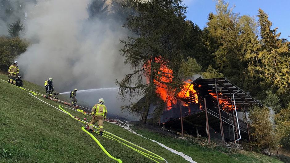 Die Löscharbeiten gestalteten sich für die Feuerwehr schwierig.