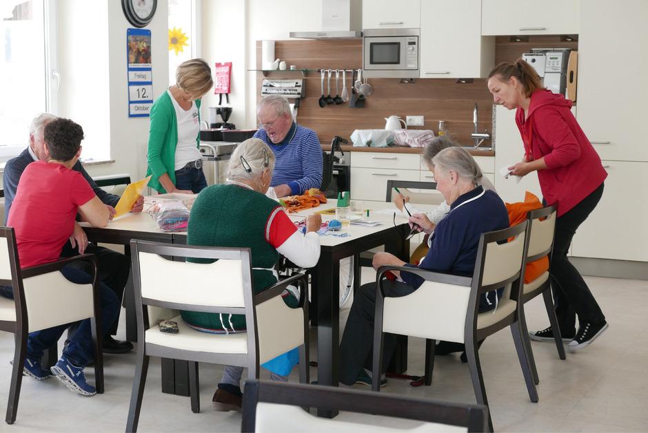 Zum Mittagessen treffen sich alle bei Tisch.