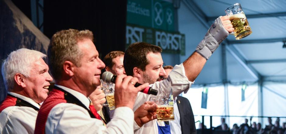 """Innenminister Salvini sorgte mit seinem bierseligen Auftritt beim Fest der """"Kastelruther Spatzen"""" für Debatten. Reinhold Messner übte harsche Kritik, """"Spatzen""""-Chef Norbert Rier wundert sich, dass sich so viele aufregen."""