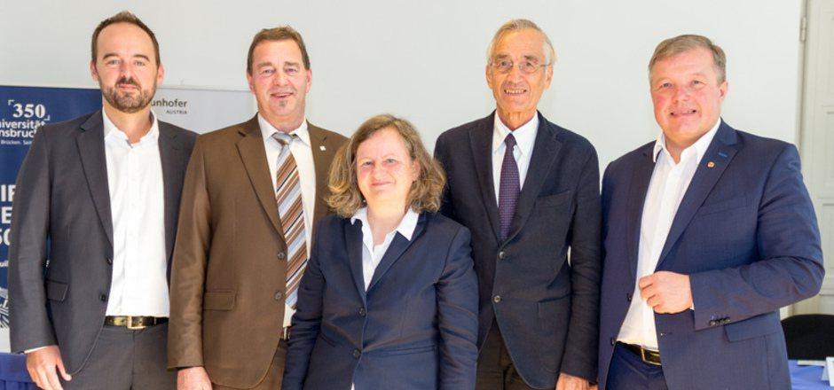 Peter Schieder und Wilfried Sihn (Fraunhofer Austria), Informatikerin Ruth Breu, Rektor Tilmann Märk und LR Bernhard Tilg (von links).
