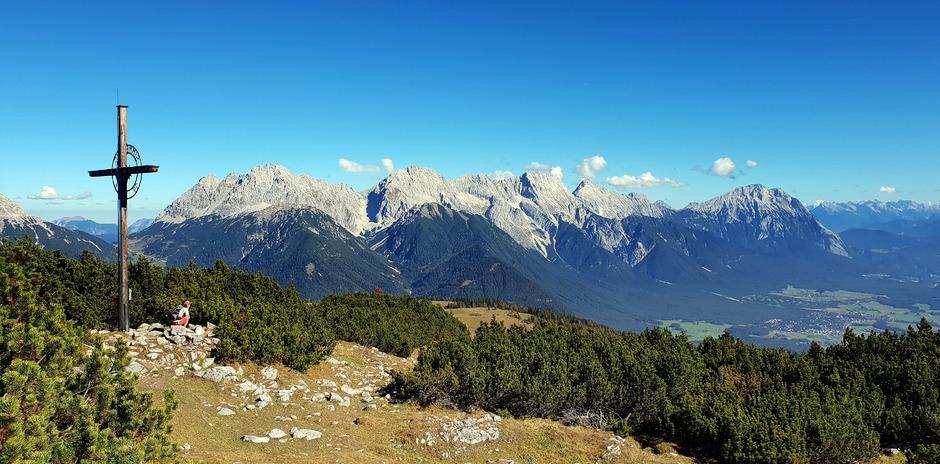 Vom Gipfelkreuz des Simmering hat man unter anderem einen schönen Blick in Richtung Grünsteinscharte und Marienbergjoch.