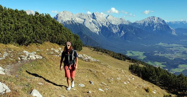 Unschwierig ist der Aufstieg zum Simmering dann zu Fuß, Im Hintergrund ist auch die Hohe Munde zu sehen.