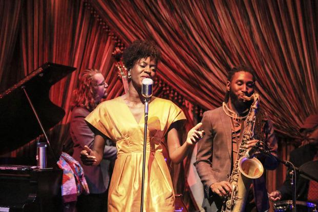 Eine Sängerin im Jazz Playhouse, einem der vielen Clubs der Stadt.