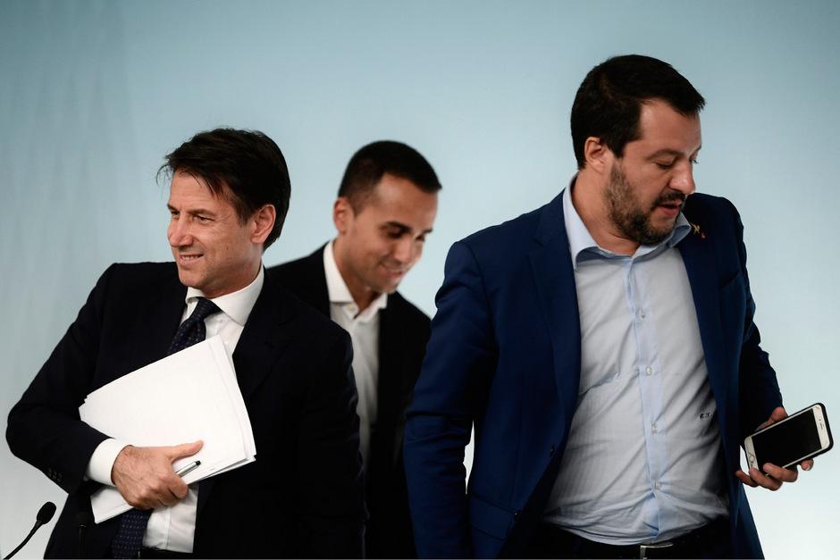 Steuern Italien auf einen Konfrontationskurs mit den EU-Partnern: der formal parteifreie Ministerpräsident Giuseppe Conte, Fünf-Sterne-Chef Luigi Di Maio und Lega-Chef Matteo Salvini (von links).