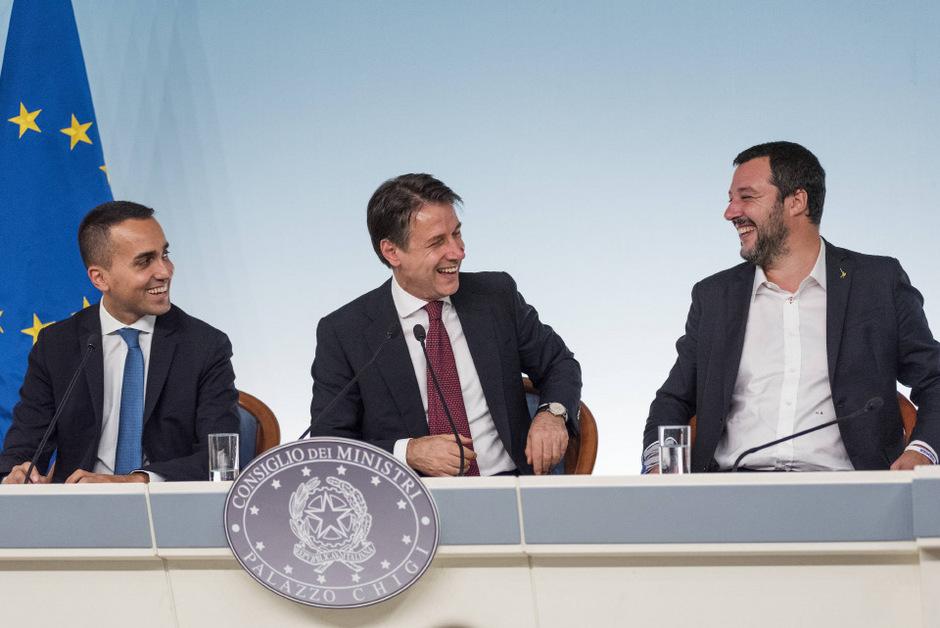 Ministerpräsident Giuseppe Conte (Mitte) neben den Parteichefs der Fünf Sterne Luigi di Maio (l.) und von der Lega Nord Matteo Salvini.
