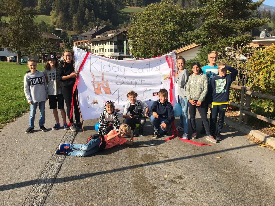 Josef Fankhauser (Mitte) wurde gestern in Schwendau von Freunden mit einem riesigen Sieger-Transparent überrascht.