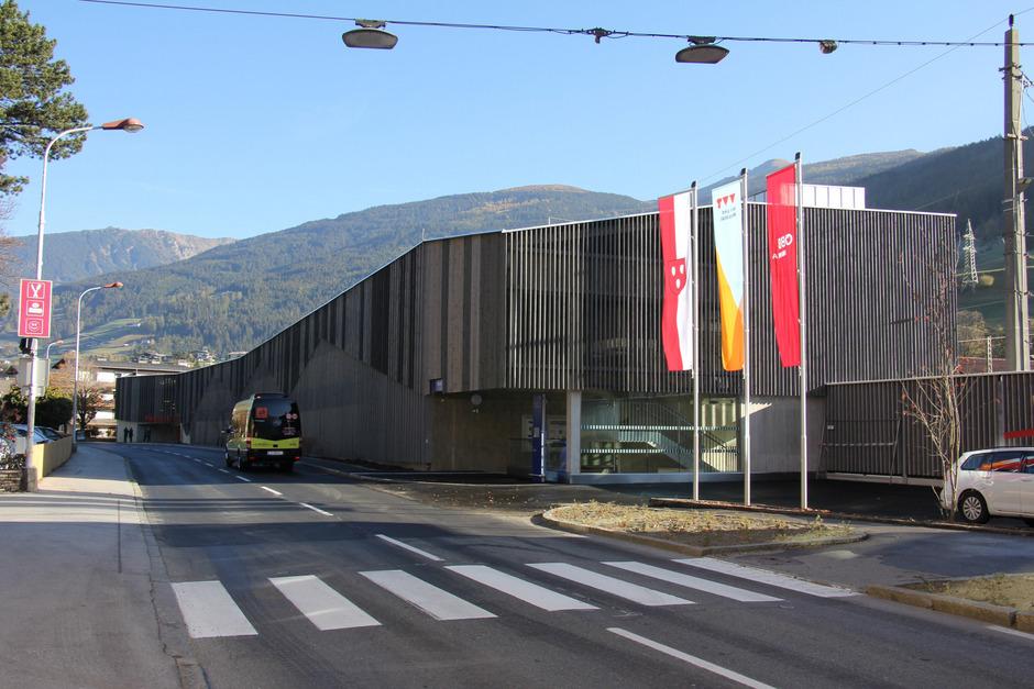 Im neuen Parkdeck beim Bahnhof Matrei haben 177 Autos Platz. Das Parkproblem der Pendler ist damit beseitigt.