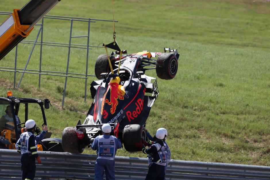 Daniel Ricciardos Red Bull musst einmal mehr abgeschleppt werden.